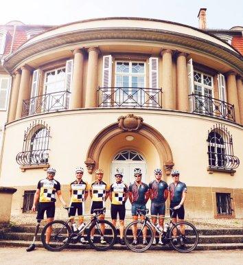 7 Radhelden vor dem Sachsenheimer Lichtensterngymnasium